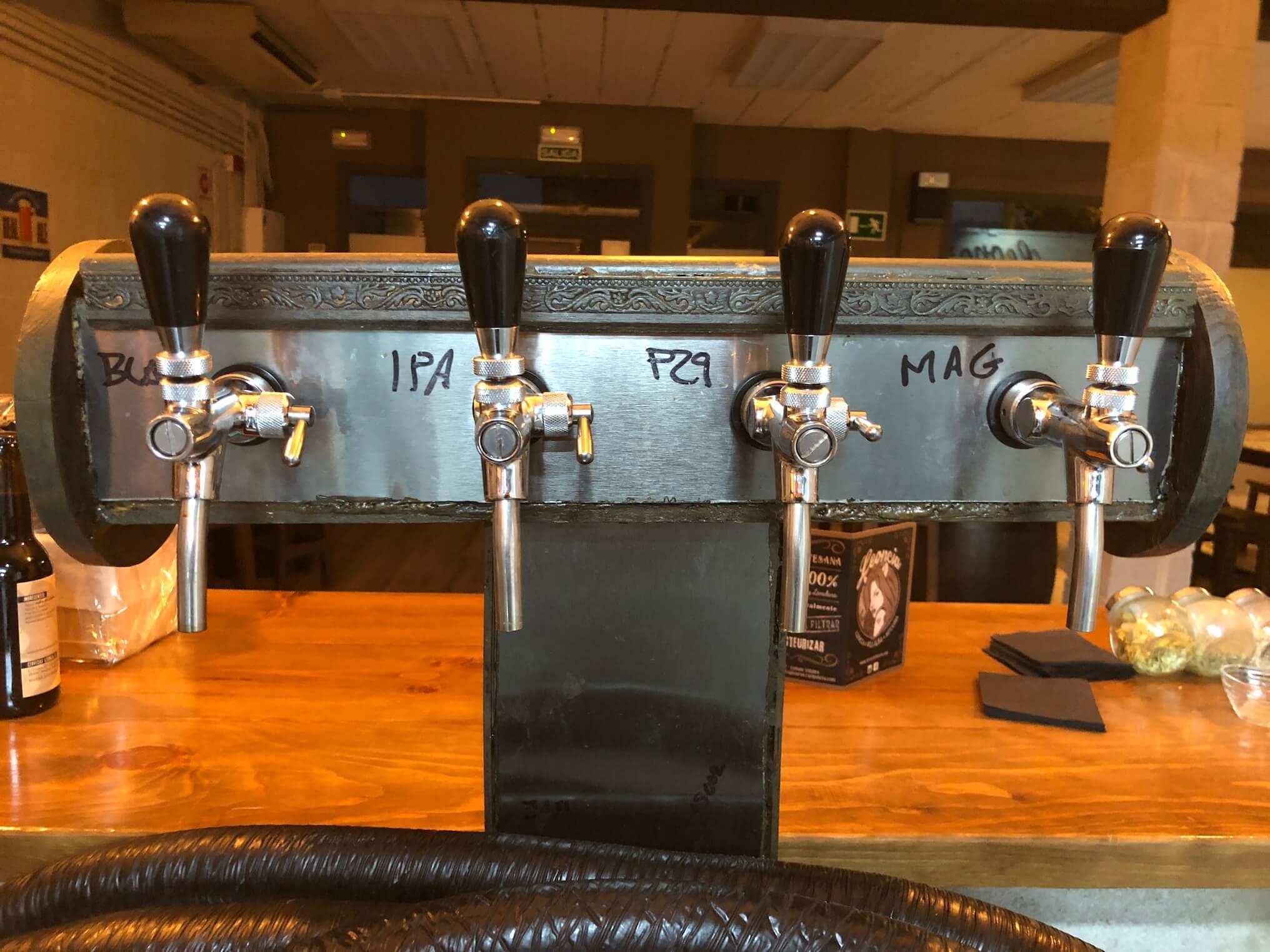 Grifos de cervezas artesanas en la barra de la Fábrica de Cervezas artesanas Leonca en el Polígono P29 de Collado Villalba